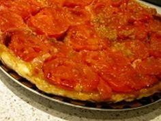 Pour un dîner sous les derniers rayons de soleil : une tatin aux tomates accommodée avec du parmesan, du jambon de pays, de l'ail et du romarin. Parmesan, Ham, Garlic, World Cuisine, Sun, Cooking Recipes, Italy, Parmigiano Reggiano