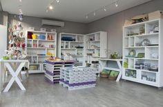 Todos os elementos do layout da loja foram pensados de forma a permitir a transformação do espaço, como o uso de rodízios, que criam novas formatações de maneira rápida