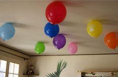 Faites tenir vos ballons de baudruche au plafond sans hélium ni colle avec cette astuce
