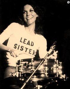 Karen Carpenter (marzo 2, 1950 hasta febrero 4, 1983).    Cantante y baterista, nacido en New Haven, Connecticut. Con sus dos hermanos formó el trío Richard Carpenter. 14 álbumes con Carpenter y un álbum en solitario. Murio con 32 años por insuficiencia cardiaca producida por una anorexia nerviosa.