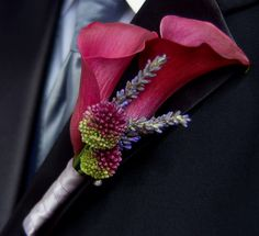 Boutonniere with allium and cala lilies