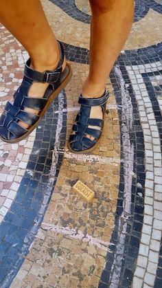Jouer à la marelle dans la galerie Vivienne! Galerie Vivienne, Birkenstock Milano, Jouer, Sandals, Hopscotch, Sidewalk, Parisians, Shoes Sandals, Sandal