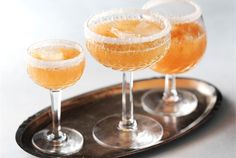 Raikas kesäjuoma  ✦  Kirpeä juoma on erinomainen kesäpäivän raikastaja. Kesäjuoma syntyy kädenkäänteessä, joten sitä voi tarjoilla odottamattomillekin vieraille. http://www.valio.fi/reseptit/raikas-kesajuoma/