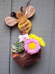 Bee planter Bumblebee planter Rustic Succulent hanging Succulent Hanging Planter, Rustic Planters, Diy Planters, Hanging Planters, Yard Art Crafts, Cactus, Tropical Decor, Wood Wall Art, Succulents