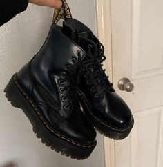Dr Shoes, Hype Shoes, Me Too Shoes, Shoes Sneakers, Black Shoes, Shoes Heels, Dr Martens Jadon, Dr. Martens, Sneakers Fashion