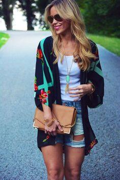 Look Kimono com short jeans e camiseta básica branca.