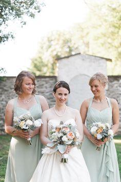 Gorgeous bridsemaid dresses & beautiful bouquets