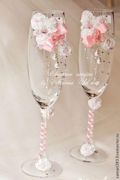 Свадебные фужеры `Розали`. Коллекция 'Розали' Нежный декор из изящных белоснежных цветочков дополняет очаровательный розовый бантик с чудесной подвеской из стекляруса и бусин. Сверкающие хрустальные стразы переливаются перламутровыми искорками