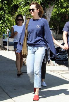 Dakota Johnson in Los Angeles with Jeremy Allen White and his girlfriend Addison Timlin on August 2 wp.me/p70WiP-EK