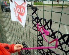 Creative Street Art - Cross-Stitch Murals on Fences Yarn Bombing, Cross Stitch Designs, Cross Stitch Patterns, Fence Weaving, Guerilla Knitting, Graffiti, Diy Recycling, Chain Link Fence, Fence Art