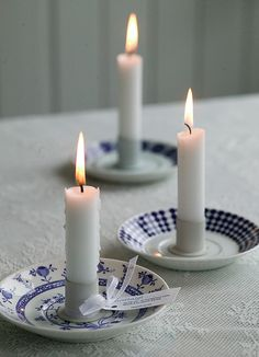 Blue and white ceramic candle holder saucers with white candles. Blue and White, classy country! Bougie Partylite, Diy Candle Holders, Candle Lanterns, Diy Hacks, Candle Making, Diy And Crafts, Craft Projects, Sweet Home, Blue And White