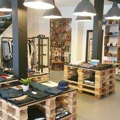 Boutique Interior, Shop Interior Design, Fashion Store Design, Clothing Store Design, Modegeschäft Design, Design Ideas, Surf Store, Clothing Store Displays, Retail Store Design