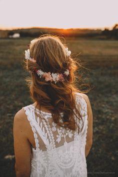 Corona y ramo de flores preservadas para una novia informal