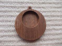 pyörä muotoinen täytettävä korupohja,puutyö, puuesine, puukoru, puutuote, puutyö, puutarvike, korupohja, kapussipohja, täytettävä korupohja riipus, korupohja koruharsitöihin, puinen korupohja, puinen harrastustarvike, askartelutarvike, ripuspohja. Siihen mahtuu keskelle 20 mm kuva, tekstiilityö tai kapussi  Halkaisijaltaan: : 3.5 cm(1.4 inch)  https://www.etsy.com/listing/235005298/1-p-unfinished-round-wooden-pendant-base?ref=related-3