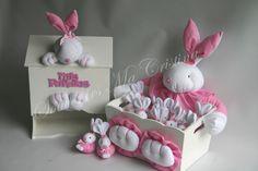 Souvenirs Conejitos con chupete presentados en caja porta cosméticos y cartel de bienvenida y pañalera   Ideal nacimiento, Baby shower , bautismos. Pedidos con anticipación