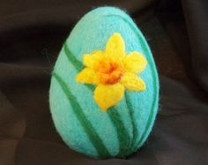 Large Needle Felted Easter Egg - daffodil easter gift or decoration design to make can be done from normal felt and applique flowers too Rock Crafts, Felt Crafts, Easter Crafts, Easter Gift, Needle Felted, Wet Felting, Felted Wool, Needle Felting Tutorials, Painted Rocks