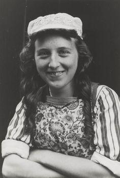 Jonge vrouw in streekdracht uit Marken, september 1943.