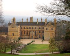Castles & Manor Houses Batsford, home of the Mitford sisters English Manor Houses, English Castles, English House, Beautiful Castles, Beautiful Buildings, Palaces, English Estates, English Architecture, Villa