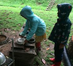 How to set up a simple, movable mud kitchen Pre K Activities, Preschool Learning Activities, Sensory Bins, Sensory Play, Sensory Table, Fairy Dust Teaching, Outdoor Learning Spaces, Sand And Water Table, Mud Kitchen