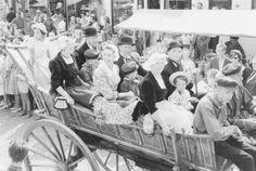 West-Friese Markt: de optocht, jaren 70, Schagen. Op de kar: Grë Zwart-Veenis, Cor Beers, An Snaas-Kuys, Corrie van Ketel, Jan van Ketel, Dannie Jimmink #WestFriesland #Schagen