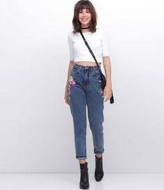 Calça feminina jeans  Com bordados  Modelo Mom  Com cintura alta  Marca: Blue Steel  Tecido: jeans  Modelo veste tamanho: P       Medidas da modelo:     Altura: 1.72  Busto: 78  Cintura: 59  Quadril: 91  Manequim: 36    Veja outras opções de    calças femininas   .