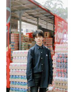 圖像裡可能有1 人、站立 Asian Boy Band, Boss Wallpaper, Korean Babies, Asian Boys, Boyfriend Material, K Idols, Chanyeol, Little Boys, Boy Bands