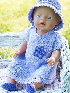En dag i solen kræver beskyttelse at hovedet, specielt når man som Baby Born-dukken ikke har så meget hår. Strik denne fine kjole og hækl den søde bøllehat og skoene.