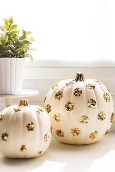 DIY Halloween Decor: White and gold polka dot pumpkins. Glitter and Halloween! Halloween Prop, Holidays Halloween, Halloween Pumpkins, Halloween Crafts, Halloween Decorations, Happy Halloween, Halloween Ideas, Halloween Flowers, Pumpkin Decorations