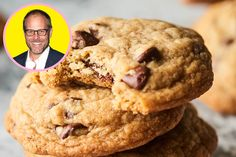 Alton Brown's Secret for a Perfectly Chewy Chocolate Chip Cookie - Favorite Recipes - Cookies Recipes Cookie Desserts, Cookie Recipes, Dessert Recipes, Shortbread, Macarons, Oreo, Valrhona Chocolate, Perfect Chocolate Chip Cookies, Alton Brown Chocolate Chip Cookie Recipe