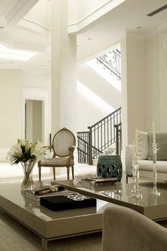 Sala rebuscada e luxuosa, com a cadeira no estilo Luís XV, e sancas em gesso.
