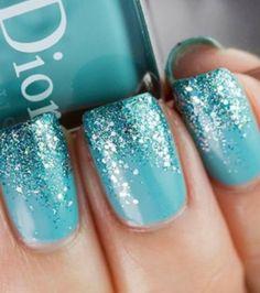 un nail art bleu à paillettes