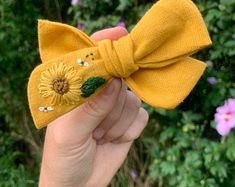 Embroidery On Clothes, Felt Embroidery, Embroidered Clothes, Diy Hair Bows, Diy Bow, Diy Embroidery Designs, Crochet Hair Clips, Crochet Hair Accessories, Metal Hair Clips