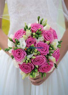 Sade Hayat Gelin Buketi pembe ithal güller ve beyaz lisyantus çiçekleri ile hazırlanmaktadır.Sizde bu çok özel gelin çiçeğini düğün ve nikah töreninde kullanabilirsiniz.