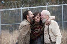 Andrew Lincoln (Rick Grimes), Norman Reedus (Daryl Dixon) e Scott Wilson (Hershel Greene) no 16º episódio da 4ª Temporada de The Walking Dead.