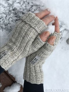 """Das neue Jahr ist mal gerade einen Monat alt und schon hat Frau H. was gestrickt? Das kam so: Meine Freundin Heidi lädt zum Geburtstag ein und fragt:""""Strickst du noch?"""" Ich:""""Nei… autour du tissu déco enfant paques bébé déco mariage diy et crochet Knitted Gloves, Knitting Socks, Fingerless Gloves, Baby Knitting, The Mitten, Knitting Projects, Knitting Patterns, Diy Fashion, Tricot Facile"""