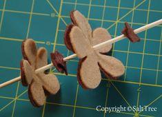 A much better felt pinecone tutorial Crafts To Do, Decor Crafts, Felt Christmas Ornaments, Penny Rugs, Felt Applique, Felt Hearts, Felt Flowers, Pine Cones, Wool Felt