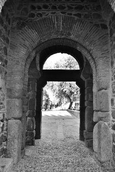 Puertas toledanas... abiertas a los versos que nos hacen encontrarnos frente a las miradas indiscretas y vivas.