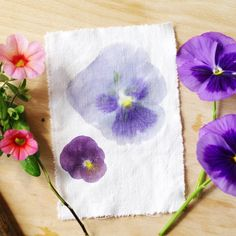 How to make beautiful floral prints using a hammer and real flowers! Step-by-step photo tutorial in Swedish.