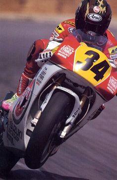 Kevin Schwantz met speciale legerhelm op zijn 500cc tweetakt Suzuki GP motor