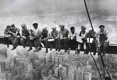 Hora do descanso para os construtores do World Trade Center em Nova York. Era comum que eles até dormissem nas vigas suspensas a centenas de metros de altura, sob ventos fortes e sem NENHUM equipamento de proteção.