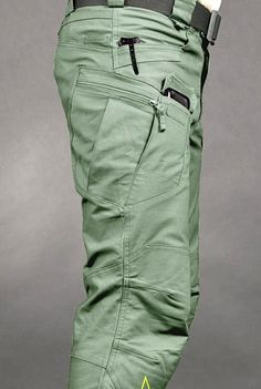 UTP Helikon Urban Tactical Line - Helikon UTP Urban Tactical Pants Olive Drab Rip-Stop These have to be worn with he right thing. V cool with the right combination of shoes and shirt. This is a way to update the cargo short look. Tactical Wear, Tactical Clothing, Mens Tactical Pants, Urban Fashion, Mens Fashion, Fashion Wear, Fashion Outfits, Pantalon Cargo, Tac Gear