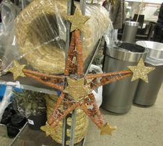 5-kanta julestjerne laget av tykk svart ståltråd. Hang på gullstjerner i forskjellige størrelser, kanelstenger, og lakrisstjerner. + Lilla tynn tråd (Komplementærkontrast mellom gul og lilla)