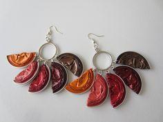 boucles d'oreilles réalisées avec cinq capsules nespresso pliées et acrochées sur une créole : Boucles d'oreille par marion-et-cmz