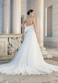 Beautiful wedding dress with low-cut back, bow and beautiful Tüllschleppe Giuseppe Papini