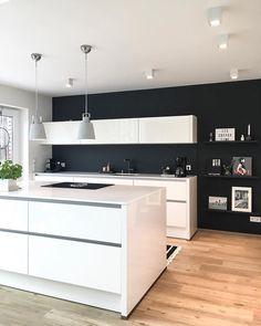 Black Wall - ein Interior Trend für Mutige! Eine schwarze Wand ist das neuste Highlight für Dein Zuhause. Besonders in der Küche macht dieser Trend eine besonders gute Figur. Kombiniert mit hellem Interior und einzigartigen Leuchten, wie der Pendelleuchte Corbie sorgst Du für die perfekten Kontraste und setzt die dunkle Wand perfekt in Szene! // Küche Ideen Wandfarbe Schwarz Dekoration Leuchte #KüchenIdeen @vickyhellmann
