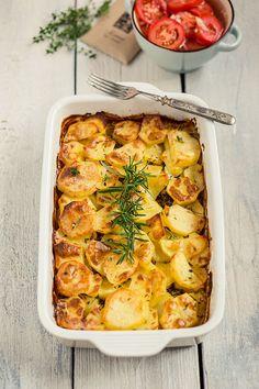 1/5 Na dno zapékací mísy nebo pekáče rozprostřeme 3 velké nahrubo nakrájené cibule. 2/5 Maso nakrájíme, naklepeme jako na řízky a rovnoměrně pokládáme... Quiche, Mashed Potatoes, Macaroni And Cheese, Menu, Treats, Breakfast, Ethnic Recipes, Birthday, Whipped Potatoes