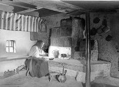 Szobabelső, a pad fölötti rúdon szőttes rúdravalóval (Kalotaszeg, v. Kolozs m., 1938)