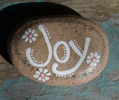 Painted Rock Ideas - Do you need rock painting ideas for spreading rocks around your neighborhood or the Kindness Rocks Project? Here's some inspiration with my best tips! Pebble Painting, Pebble Art, Stone Painting, Stone Crafts, Rock Crafts, Diy And Crafts, Rock Painting Ideas Easy, Rock Painting Designs, Hand Painted Rocks