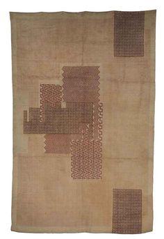 IVAN DA SILVA BRUHNS (1881-1980) TAPIS RECTANGULAIRE, VERS 1930 En laine au point noué, à décor de chevrons et de grecques bruns, roses, fushia et violines sur fond couleur ivoire 412 x 271 cm. (162¼ x 106¾ in.) Portant le monogrammé MS de la Manufacture de Savigny le long d'un bord