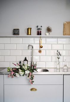 Grey kitchen wall painted in Beckers' sophisticated Havsbris 758, in collaboration with Swedish blogger Emma's Vintage.